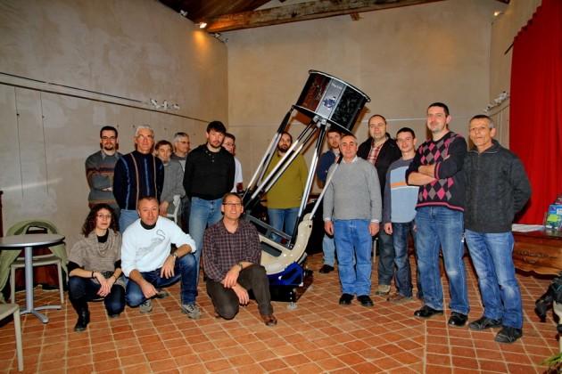 Quelques membres de l'association entourant le 500mm en cours de realisation